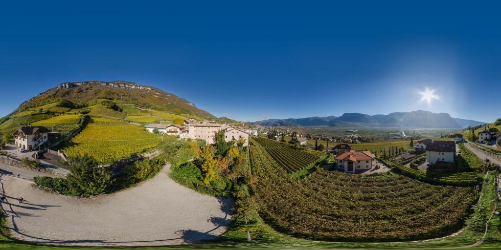 360° Luftaufnahme über Tramin - Ansitz Romani und Taberna R