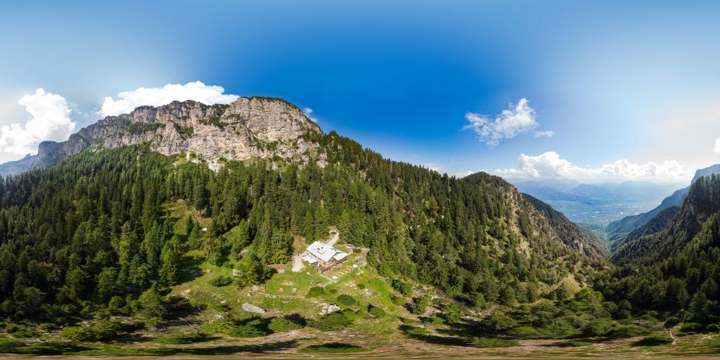 Überetscher Hütte under the peak Roen
